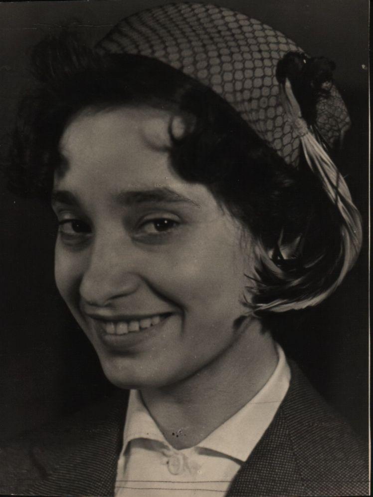 0 b. Mala Bedivan (fotografia artistei la tinerete)