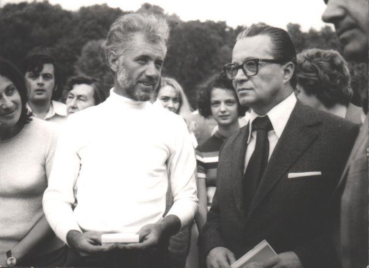 10. Marcel Grosu si criticul de arta Ion Frunzetti, Magura Buzaului, 1975